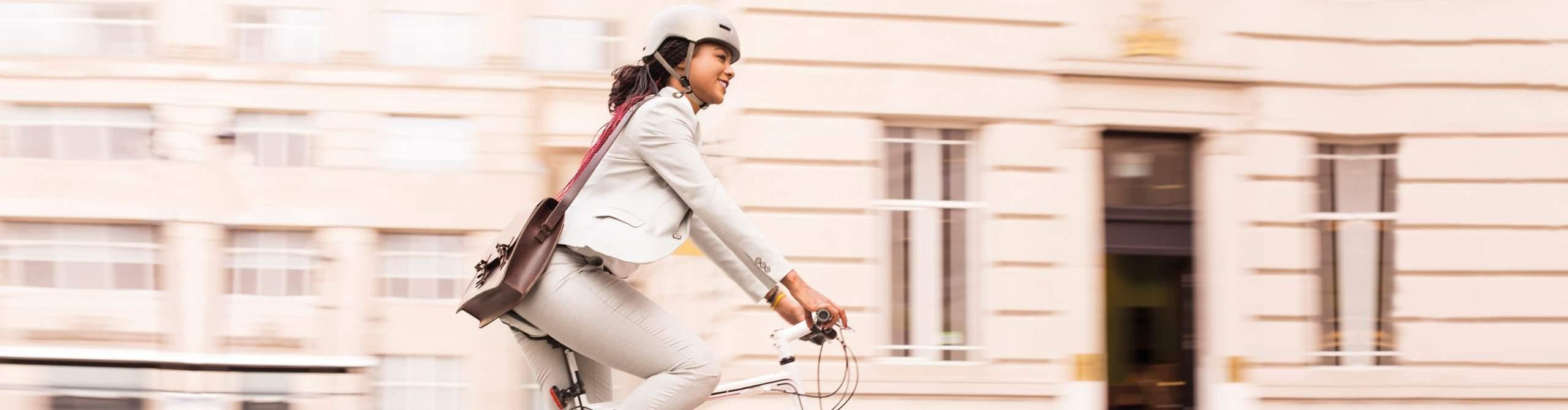 Radfahrerin in urbaner Umgebung