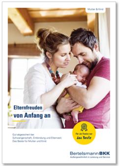 Eltern halten ihr Baby im Arm.
