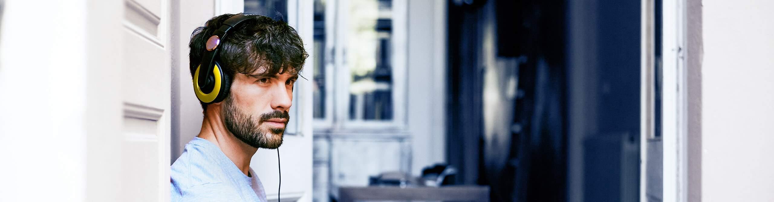 """Foto von Person, die den neuen Podcast """"Gesundheit Digital"""" der Bertelsmann BKK hört"""