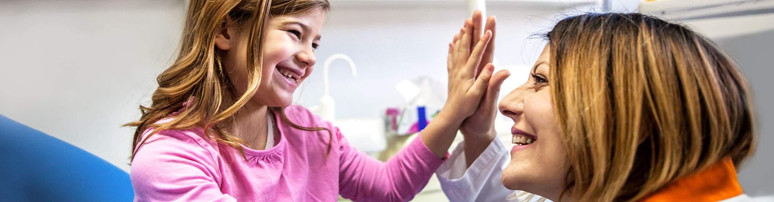 Kieferorthopädin und junge Patientin freuen sich