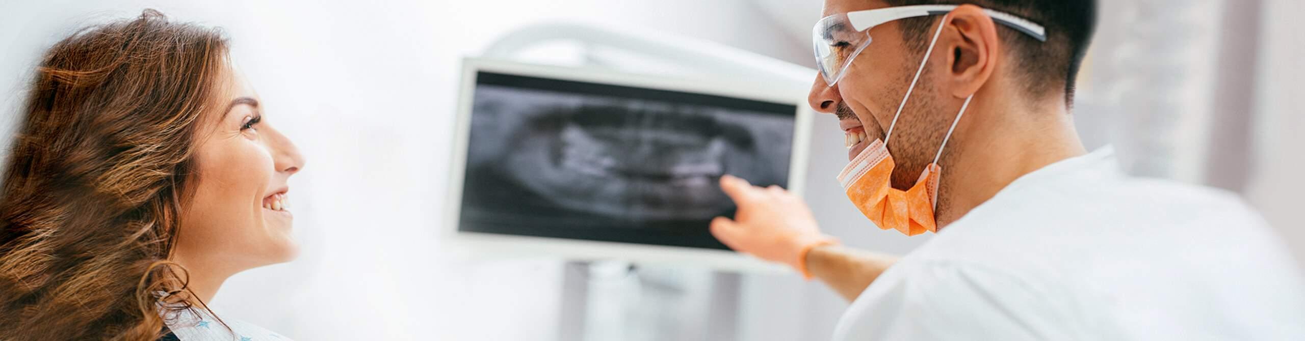 Zahnarzt berät Patientin zum Thema Zahnersatz