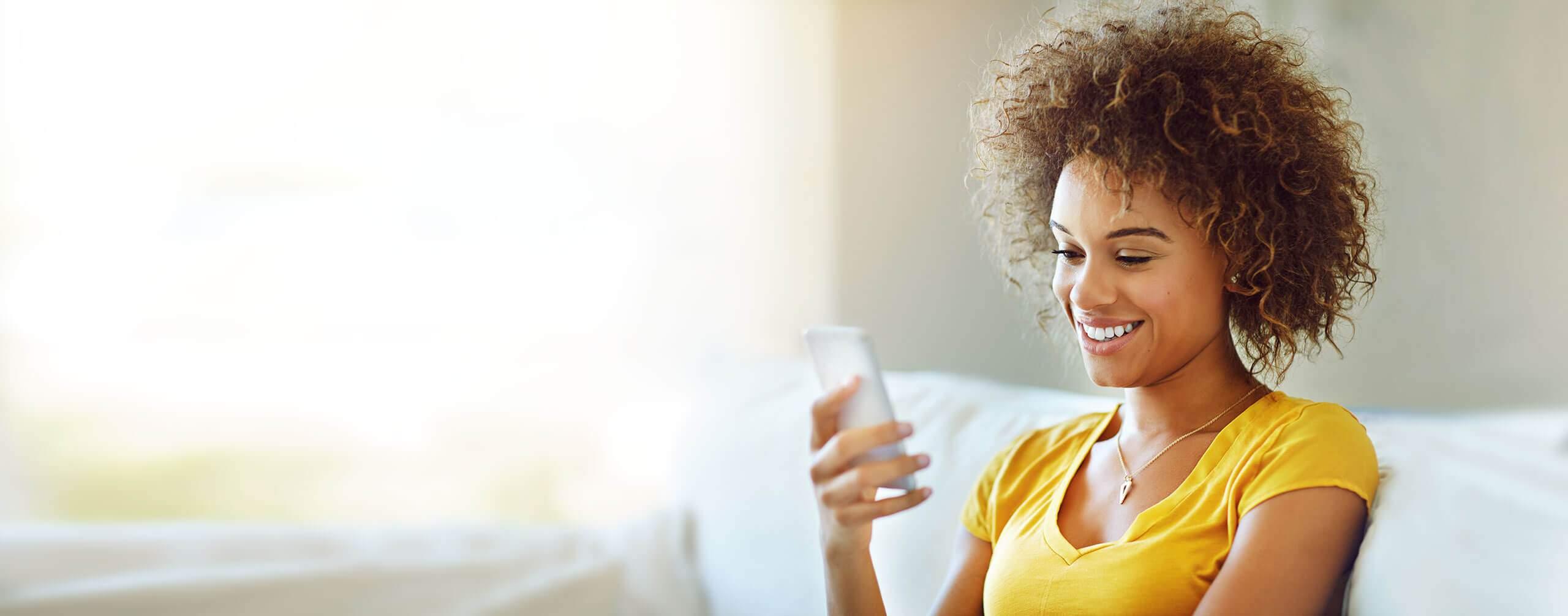Bild einer Frau mit einem Smartphone in der Hand.