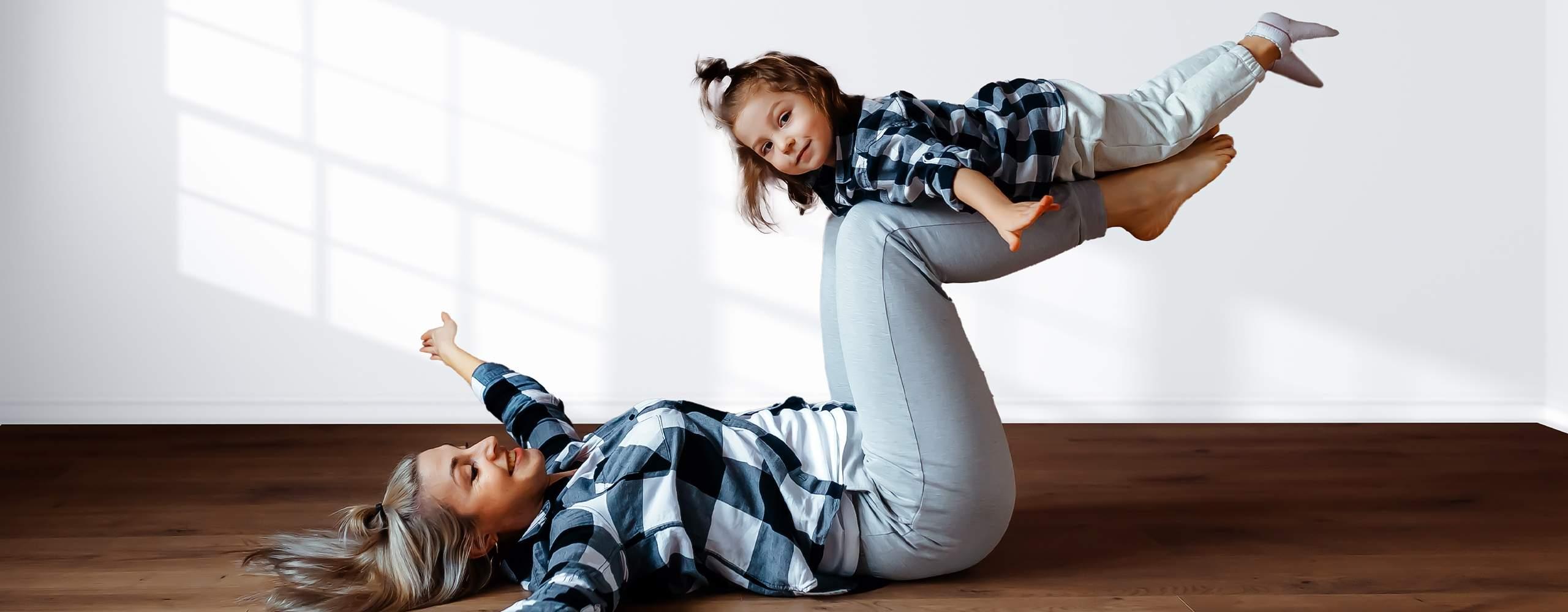 Mutter und Tochter balancieren