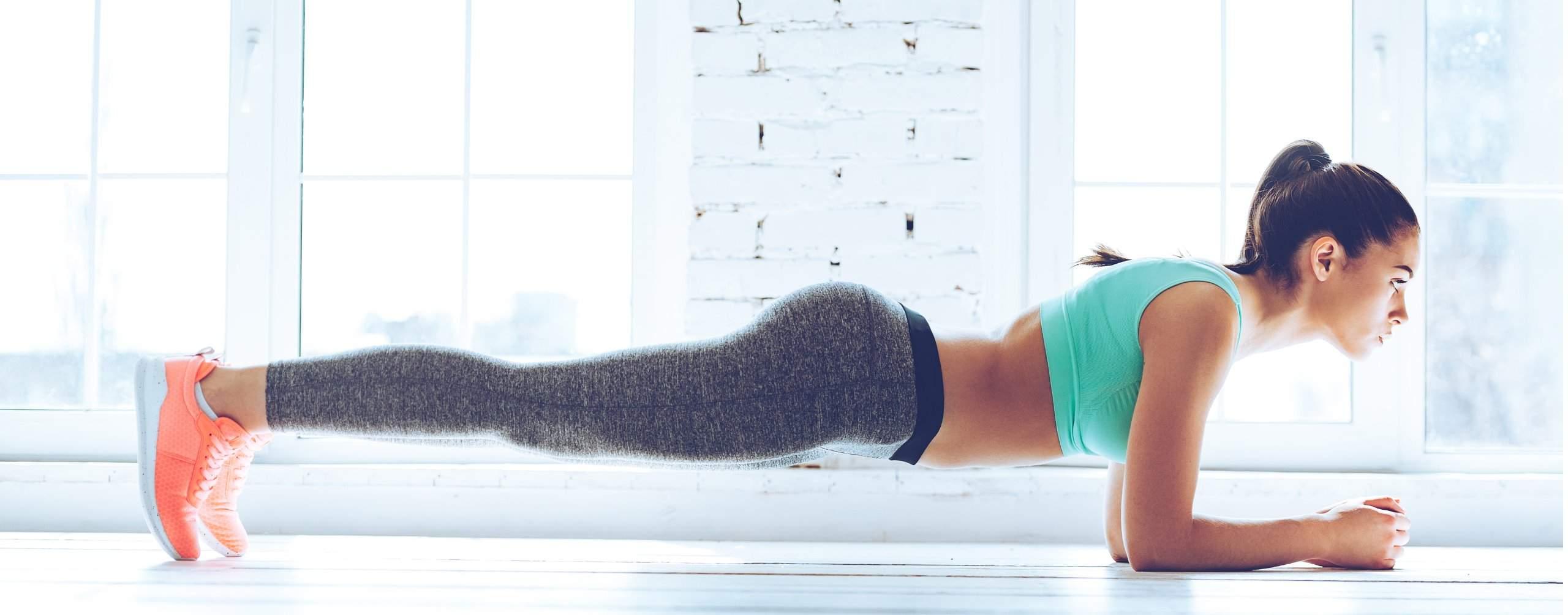 Junge Frau macht eine Sportübung.