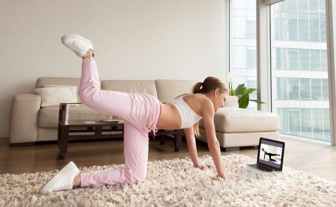 Sportlerin trainiert per Online-Kurs