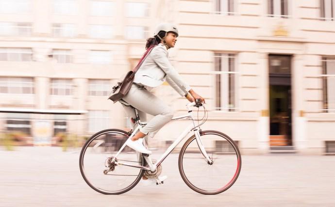 Radfahrerin in urbaner Umgebung.
