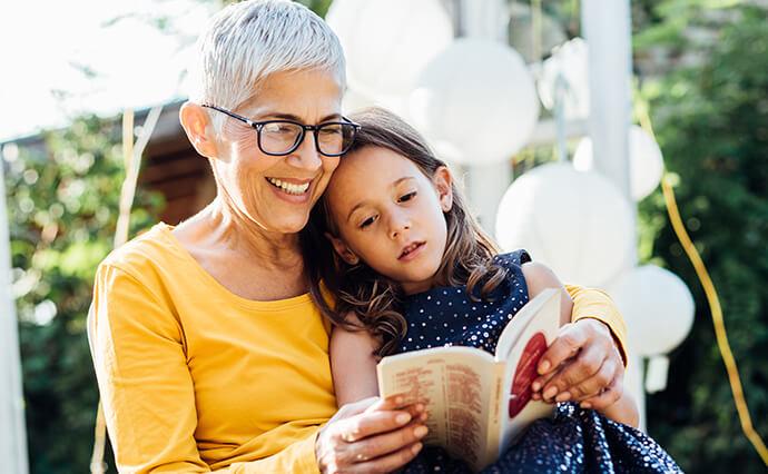 Oma ließt Enkelin Geschichte vor