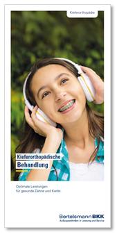 Jugendliche mit Kopfhörern und Zahnspange lächelt.