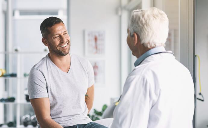 Mann lässt sich von Arzt zum Thema Darmkrebs beraten