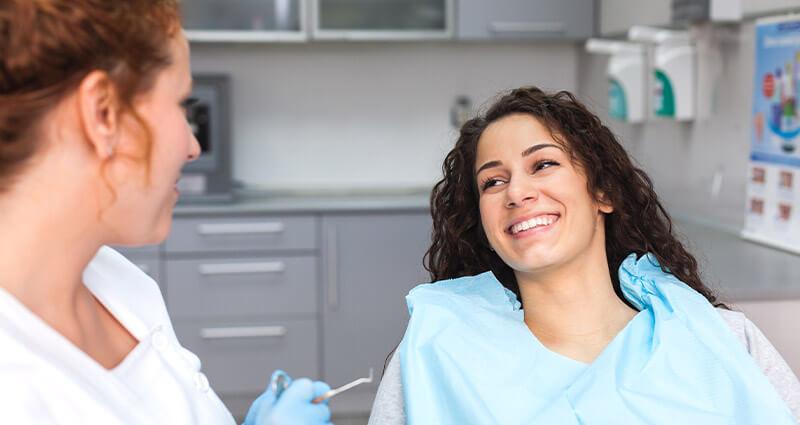 Zahnärztin behandelt Patientin